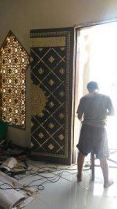 Pemasangan pintu masjid