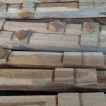 Pembelahan kayu jati yang akan di produksi gebyok